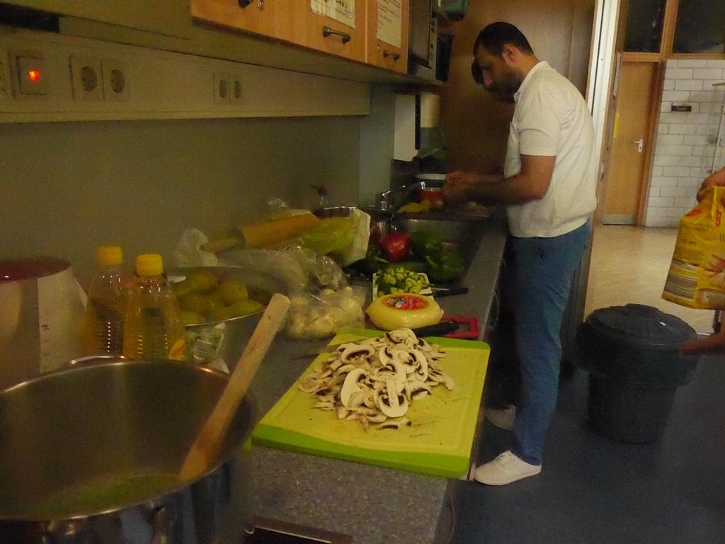 kochen mit afghanischen und syrischen asylsuchenden am 15. Black Bedroom Furniture Sets. Home Design Ideas