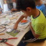 08_13-die-vorlagen-werden-anschliessend-mit-den-mosaiksteinen-beklebt