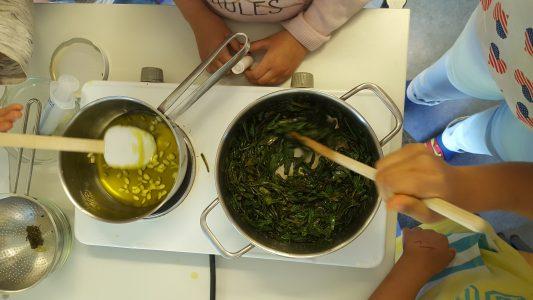 Nach Rezept wurde das Bienenwachs geschmolzen und die Kräuter erwärmt...