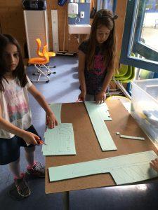Und für die Tragflächen waren Styroporplatten vorgesehen, die wir anhand einer Schablone aufmalten und zuschnitten...