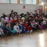 In der Turnhalle versammeln sich alle Kinder und sie sind schon sehr gespannt.