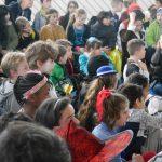 Eine bunte Gruppe ist zu sehen, denn alle Kinder sind verkleidet in die Schule gekommen.
