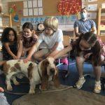 Alle Kinder der Klasse AU 4 durften an der Hundebesuchsstunde teilnehmen.